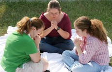 image - women praying - women praying